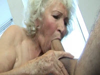 Abuela tetona recibe polla