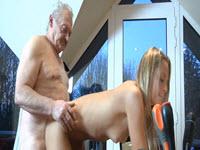 Rubia sexy provocando a su abuelo