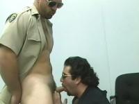 Dos gays musculos haciendo sexo oral