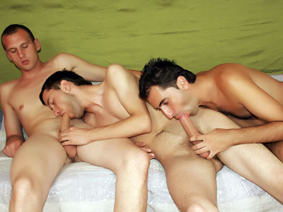 Gay pasivo recibe un gangbanged