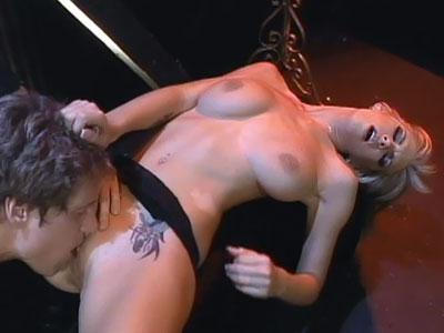 Hermosa rubia recibe sexo oral