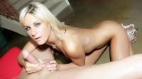 Courtney Simpson pajeando