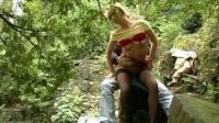 Amateur novios follando en el bosque